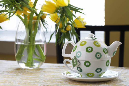 чайник, чашка, цветы. идилия.