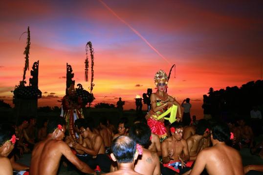 Gambar 1. Kecak, salah satu kebudayaan Indonesia. Sumber : TrekEarth, 2008