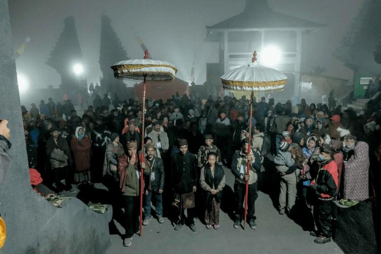 Proses Ritual Yadnya Kasada di Gunung Bromo (Foto via wonderfulimage.id)