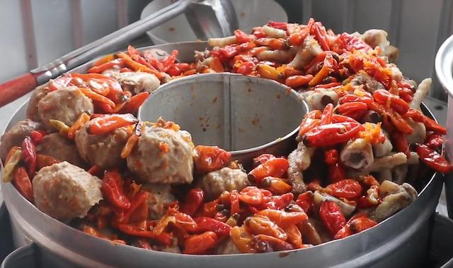 Rekomendasi kuliner pedas di Malang (Foto via YouTube Channel Takis Sam kulinery)