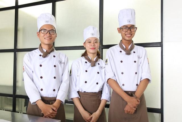 Perusahaan Nissin Food Top Ramen mencari seorang chef handal (Photo by Trường Trung Cấp Kinh Tế Du Lịch Thành Phố Hồ Chí Minh CET on Unsplash)