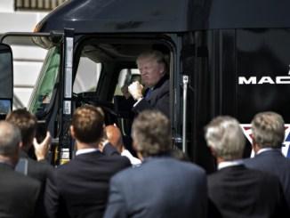 Trump saluda en un camión Mack