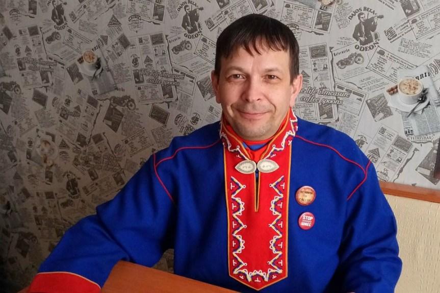 Андрей Данилов носит национальную одежду, знает культуру предков, но не может добиться отметки в охотбилете.
