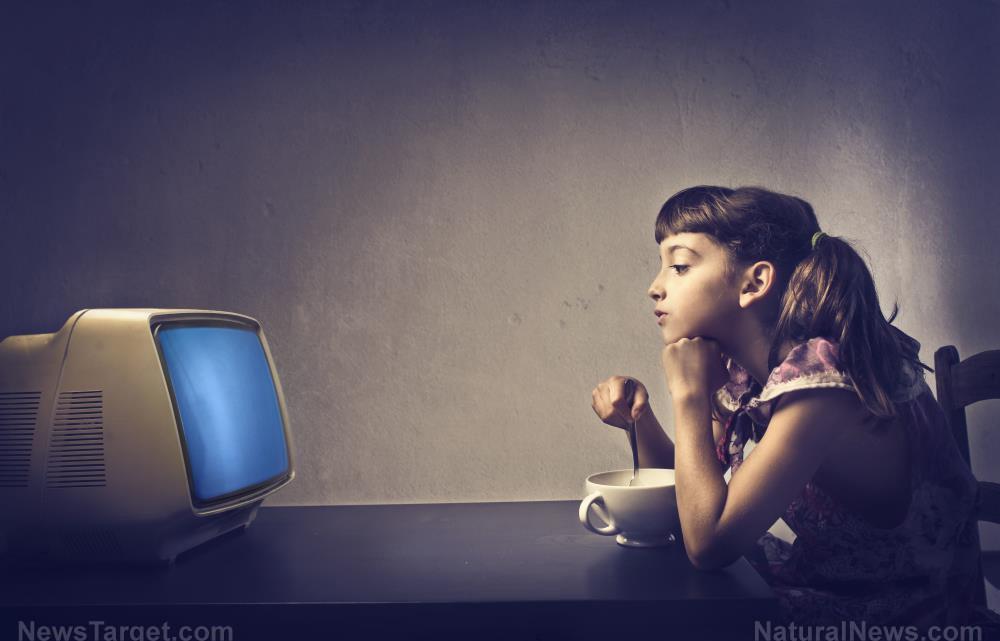 Bezorgd en zittend: kinderen hebben een hoger risico om OBESE te worden als ze een tv in hun slaapkamer hebben