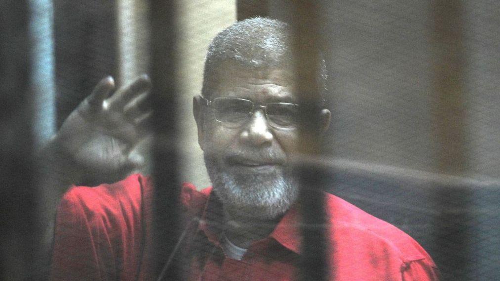 Voormalig president van Egypte Morsi stierf, of werd vermoord, tijdens het reciteren van een patriottisch gedicht in een kooi