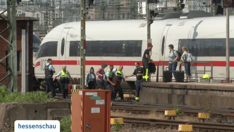 Frankfurt treinmoord: Heeft Merkel bloed aan haar handen