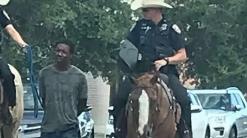 Schandaal in Texas: bereden politie leidt Afrikaanse Amerikanen aan de lijn door de straten
