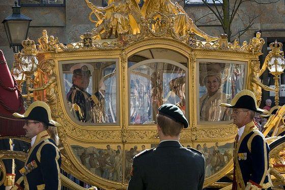 Prinsjesdag is kijken naar een miljoenen verslindende poppenkast met in de hoofdrol Willem,Maxima en Amalia