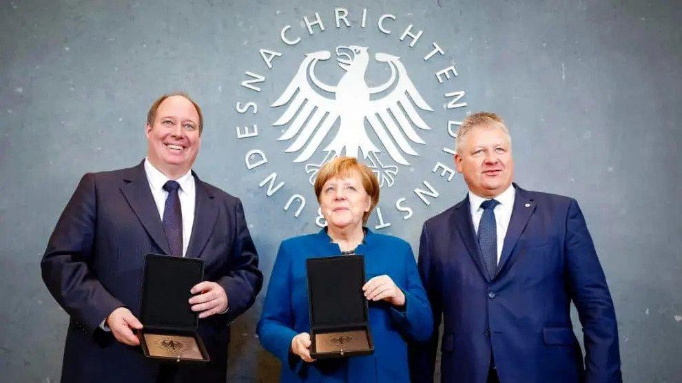 Merkel zet haar Inlichtingendiensten tegenover hun eigen mensen migratie is belangrijker