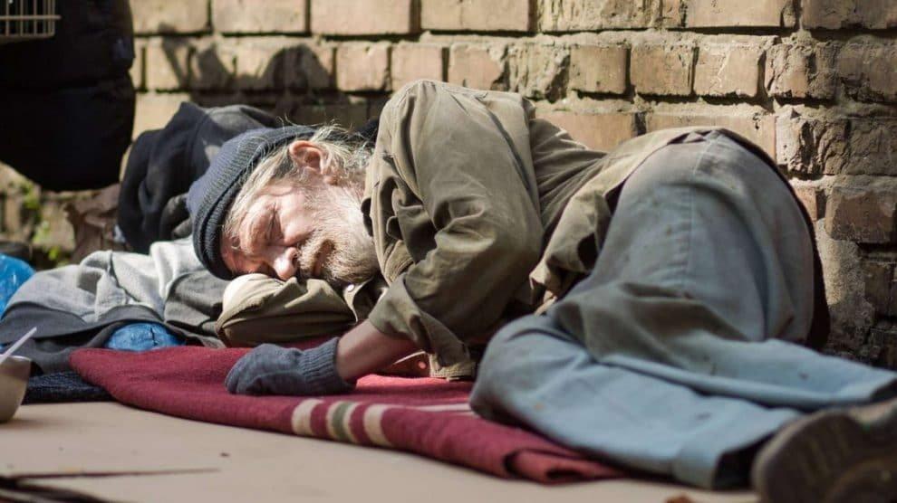 Hamburg: ijskoude weer kost drie daklozen het leven terwijl asielzoekers zich in luxe verwarmen bij de open haard