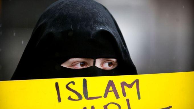 """MOSLIMVROUW zegt: """"Kerstmis is beledigend voor moslims en het is 'islamofoob' om het te vieren of zelfs te erkennen"""""""