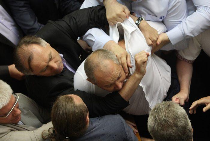 HOUSE OF PAIN: Bekijk hoe hoe gekke politici op de vuist gaan in de wereld