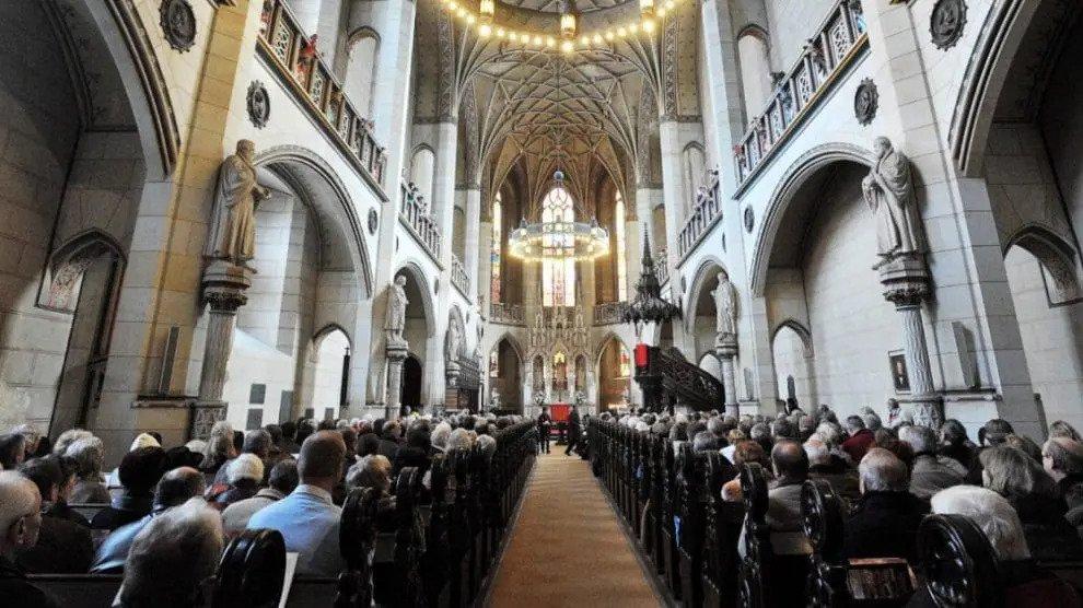 """""""Allahu Akbar"""" – Islamist bestormt kerken en bedreigt christenen"""