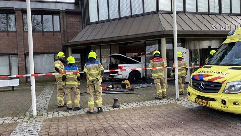 Auto rijdt stadhuis Nijkerk binnen, automobilist aangehouden (video)