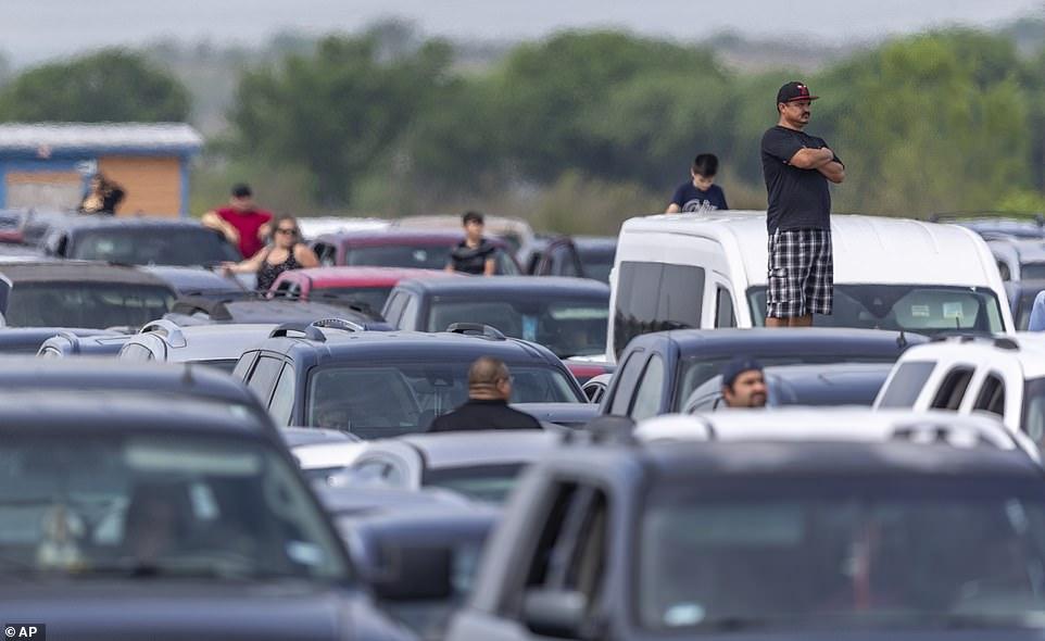Coronacrisis in de VS kilometers wachten in de rij voor de voedselbank