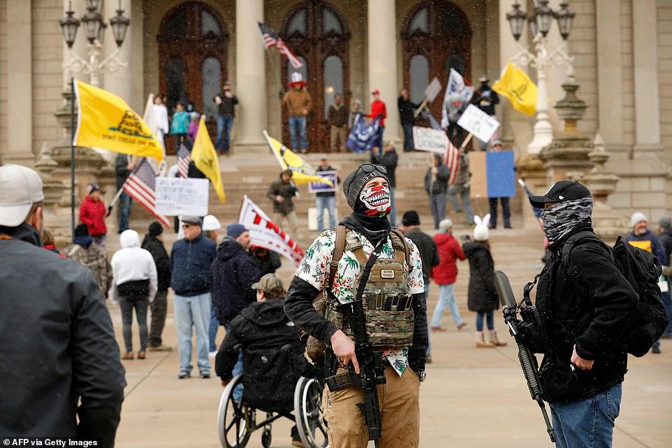 Coronavirus: gewapende inwoners van Michigan protesteren tegen huiselijk bevel en noemen het 'tirannie'