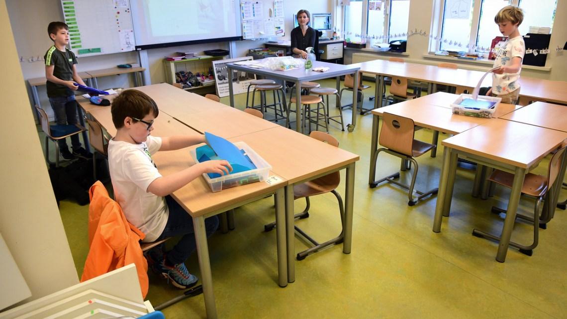 Merkel dreigt scholen weer te sluiten als ouders zich niet houden aan de regels