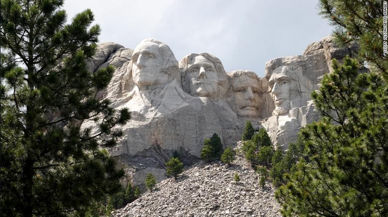 Aangezien koloniale monumenten worden vernietigd in de VS en Europa, blijft Mount Rushmore tot dusver onaangeroerd