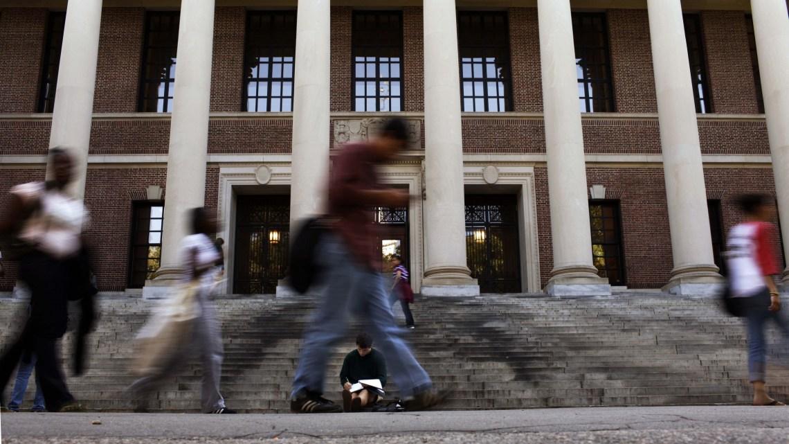 Universiteiten worstelen om internationale studenten te helpen in de VS te blijven na nieuwe visumbeperkingen