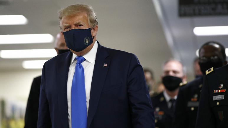 Donald Trump draagt voor het eerst masker in het openbaar tijdens COVID-19-pandemie