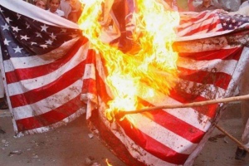 Demonstranten verbranden Amerikaanse vlag buiten het Witte Huis na Trump's Fourth July-adres