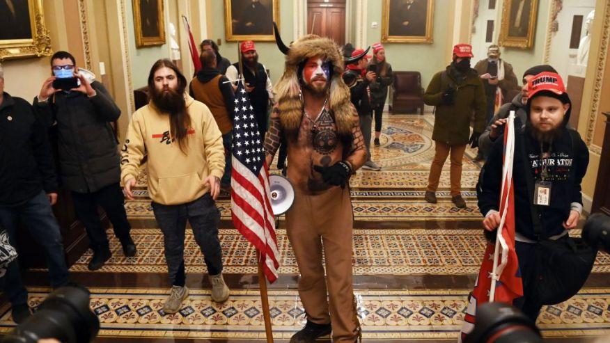 Staatsgreep? Video's, foto's tonen Trump-demonstranten binnen het US Capitol 1 persoon neergeschoten