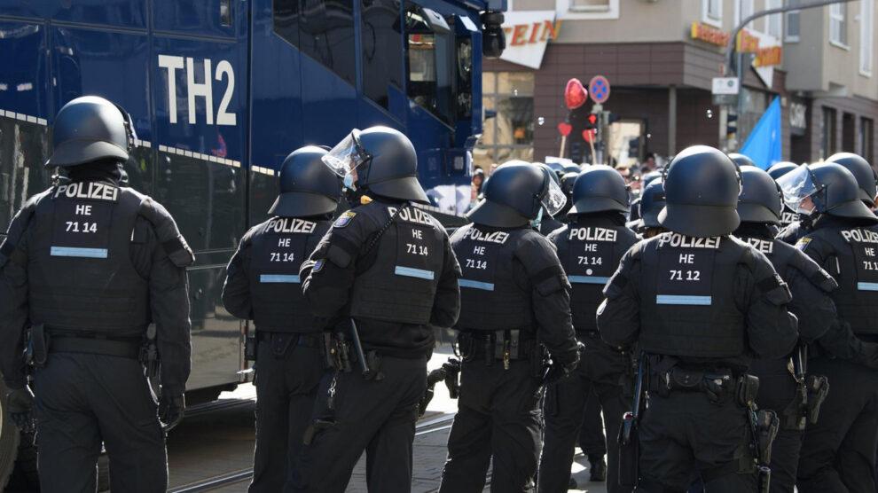 Protesten tegen de dictatuur van Corona: de staatsmacht en de media dreigen met buitensporig geweld