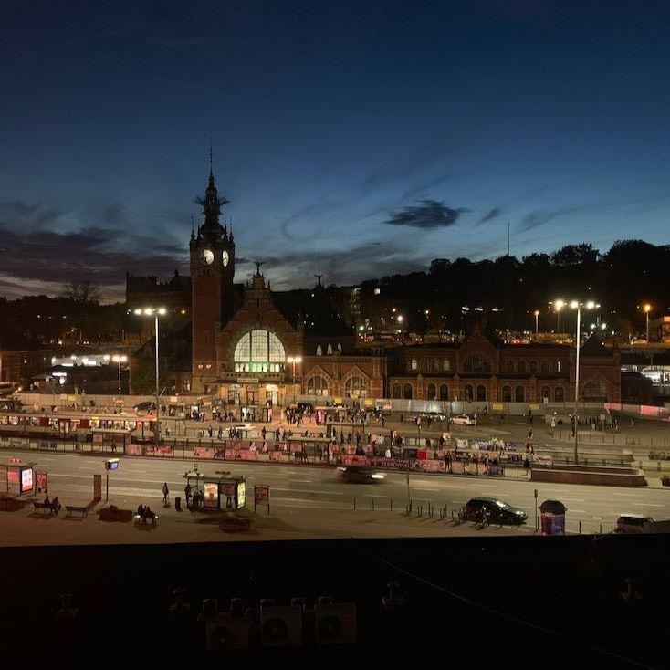 Näkymä öiseen aikaan ulos hotelli Scandic Gdanskista