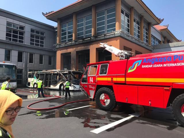 Api pada bus yang terbakar berhasil dipadamkan.