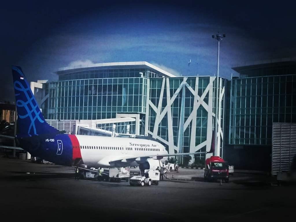 Pesawat Boeing 737 Sriwijaya Air di Bandara Internasional SAMS Balikpapan.