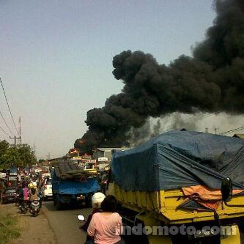 kebakaran gudang oli di Duren, Kosambi, Karawang