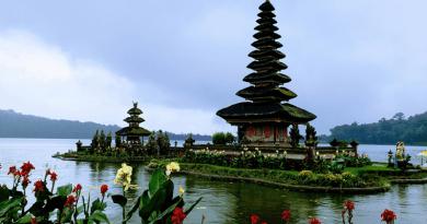 バリ島のパワースポット!湖に浮かぶ「ウルン・ダヌ・ブラタン寺院」