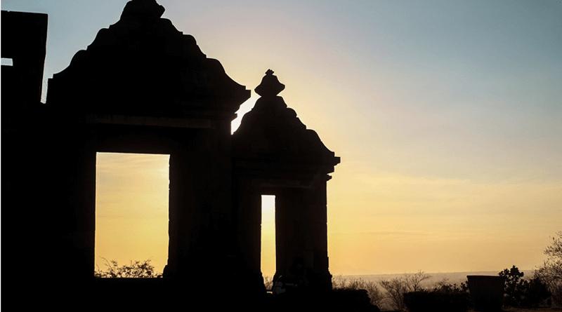 美しい夕日を望む「ラトゥボコ王宮跡遺跡」