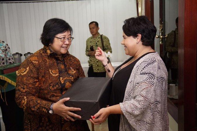 De Indonesische minister van Mileu en staatssecretaris Dijkstra