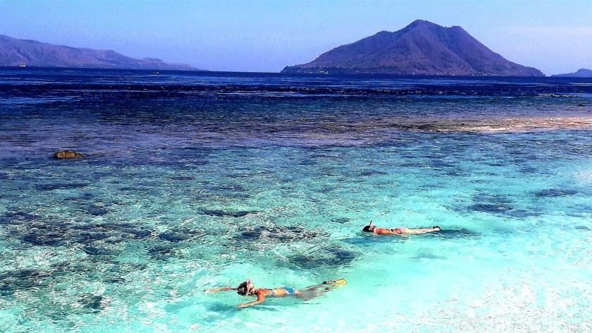 Viaggiare insieme in Indonesia snorkeling ad Alor