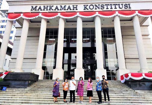 Tim Hukum dan Advokasi Majelis Rakyat Papua (MRP), mewakili MRP sebagai principal, melakukan gugatan dengan mengajukan permohonan Uji Materiil UU Nomor 2 Tahun 2021 Tentang Perubahan Kedua UU No. 21 Tahun 2001 Tentang Otsus Provinsi Papua ke Mahkamah Konstitusi, Rabu (30/8/2021).