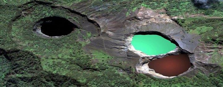 Mount Kelimutu met drie gekleurde kratermeren – Flores