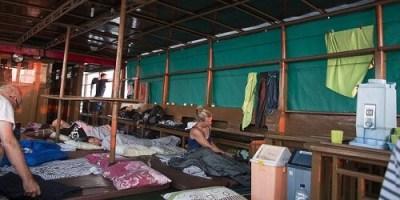 Er zijn mogelijkheden om in een hut te overnachten (alleen met ventilator) of op het dek. Op het dek overnachten is uiteraard goedkoper.