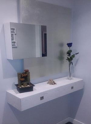 Mueble entrada con frente en pan de plata.