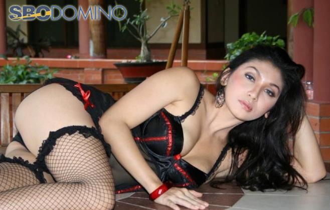 Baby Margaretha Tampil Hot Tanpa Baju dan Celana