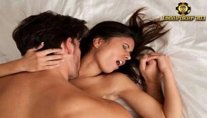 Tiga Gaya Bercinta Unik Bikin Pasanganmu Gak Betah Pake Baju