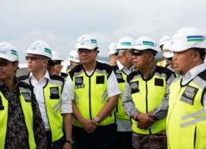 Menko Perekonomian Darmin Nasution didamping sejumlah pejabat meninjau progres pembangunan Bandara NYIA, di Kulon Progo, DIY, Sabtu (19/1) siang. (Foto: EKON)