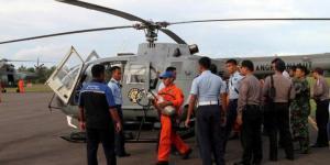 Tim SAR membawa serpihan pesawat AirAsia QZ8501