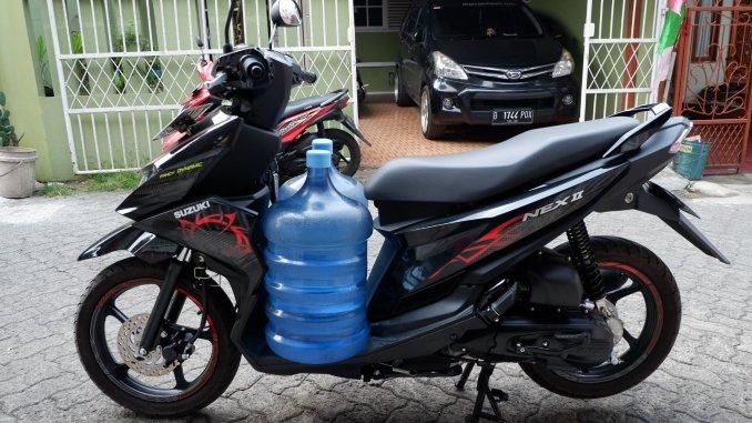 Menyiksa Suzuki Nex II Bawa 2 Galon Air Sekaligus, Gini