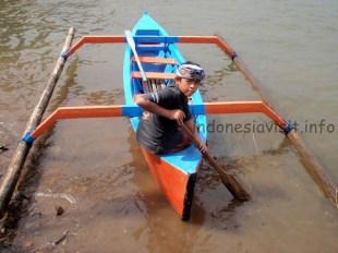 children and canoe - beratan lake