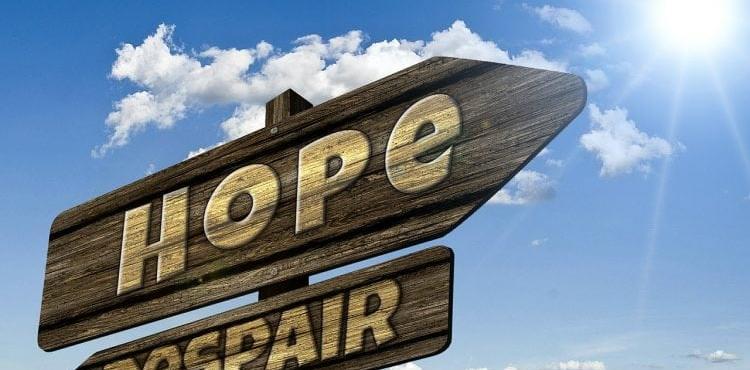 Skilt som viser vei til håp eller fortvilelse
