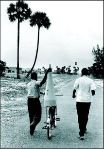 ISRO scientists carrying rocket parts for launch on bicycle 1963 (PC: @indiahistoypics)