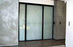 sciana-szklana-stalowa-drzwiami