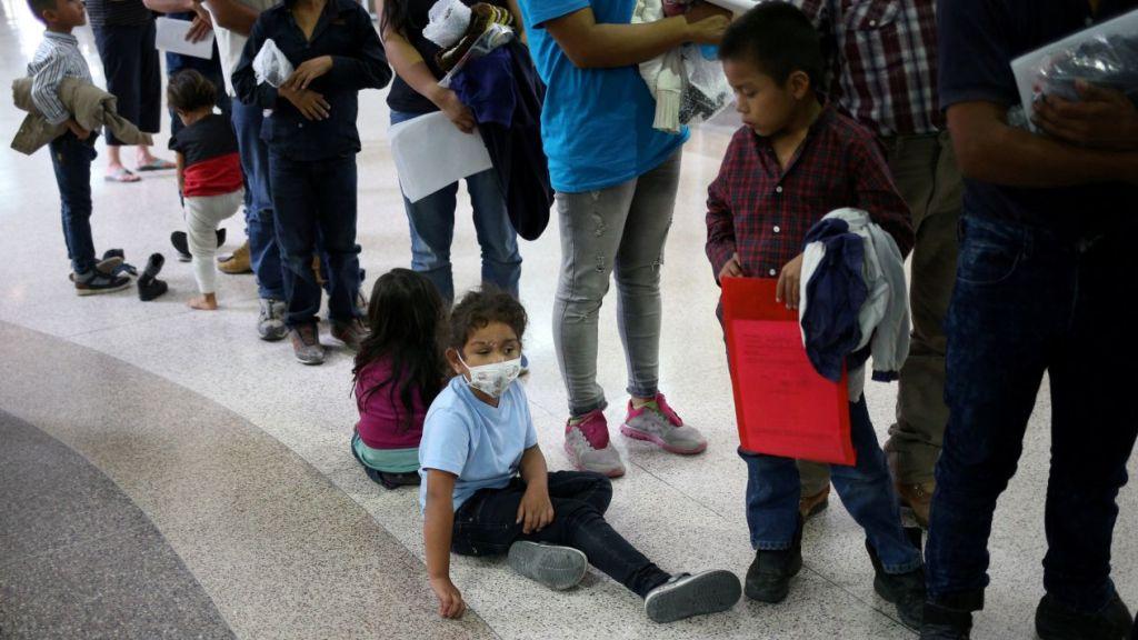 Demandan al gobierno de Trump por separación de familias migrantes
