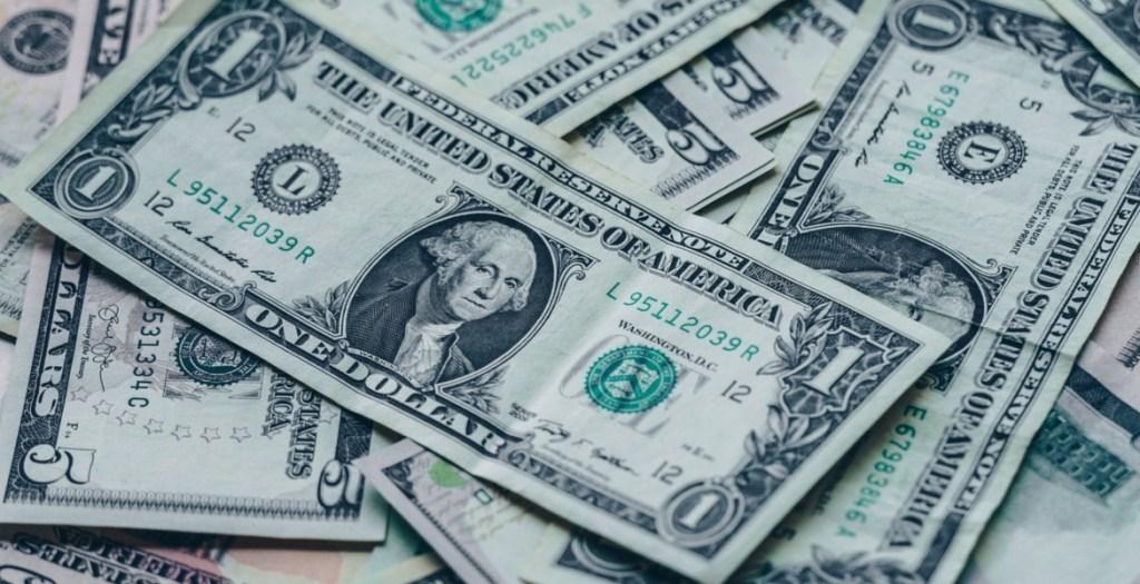 Peso frena racha de caídas; dólar regresa a las 19.11 unidades